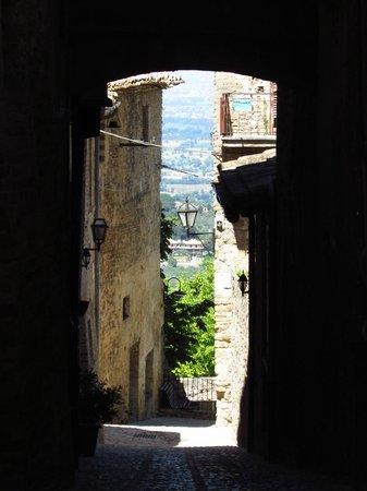 Hotel Degli Affreschi : View down one little side street - Montefalco