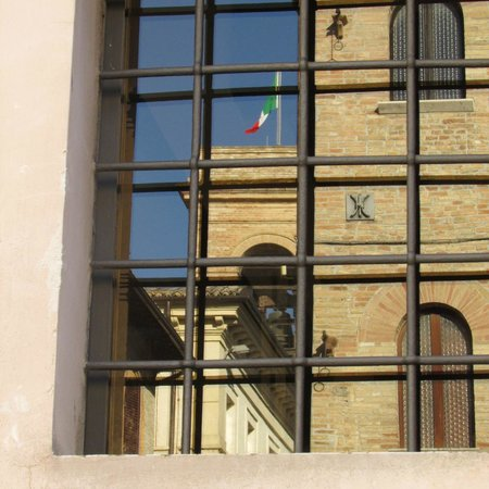 Hotel Degli Affreschi : Reflection in a window - Montefalco