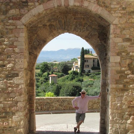 Hotel Degli Affreschi : View through an arch - Montefalco