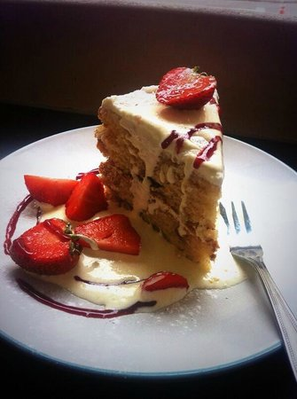 Blue Quails Deli: Strawberry cake with cream