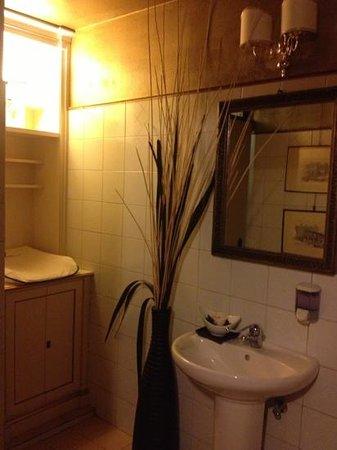 la cantina bagno donne con fasciatoio salviettine e crema per le mani