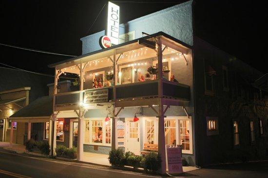 Hotel Charlotte : Fachada del hotel por la noche