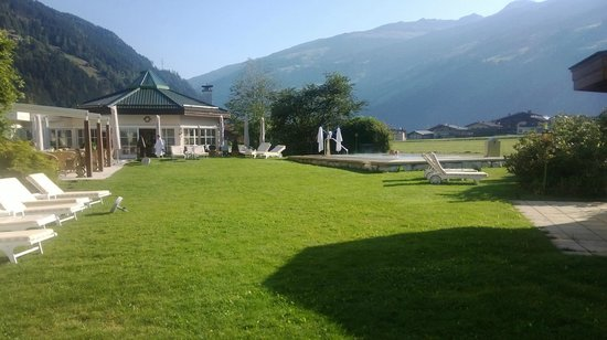 THERESA Wellness Geniesser Hotel: Giardino esterno con piscina piccola riscaldata