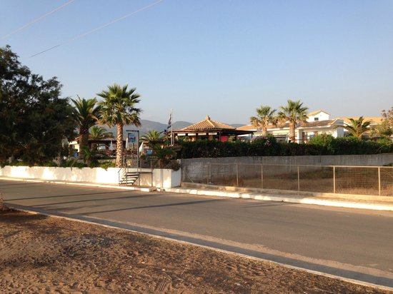 Oasis Hotel: Так выглядит отель со стороны моря