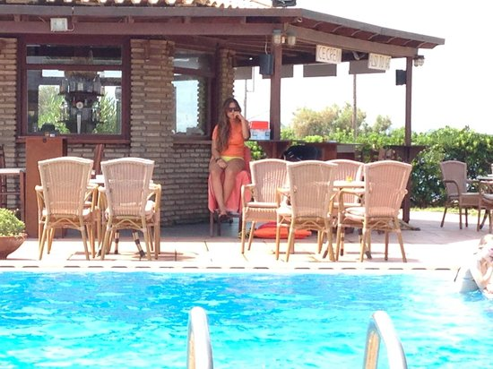 Oasis Hotel: Спасательница - она же СПАСИТЕЛЬНИЦА !