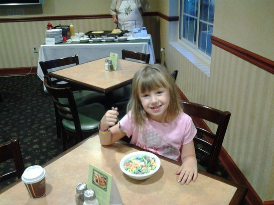 Baymont Inn & Suites Clinton : omelet lady in background