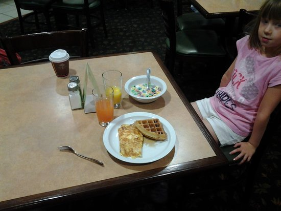 Baymont Inn & Suites Clinton : my omelet and waffle