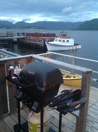Seaside Suites Gros Morne Newfoundland: BBQing on the deck