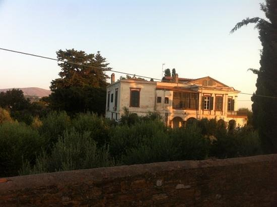 Topakas House : Mansion behind.