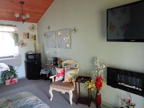 Barry's Walnut Island : Butterfly/42 in TV/Fireplace