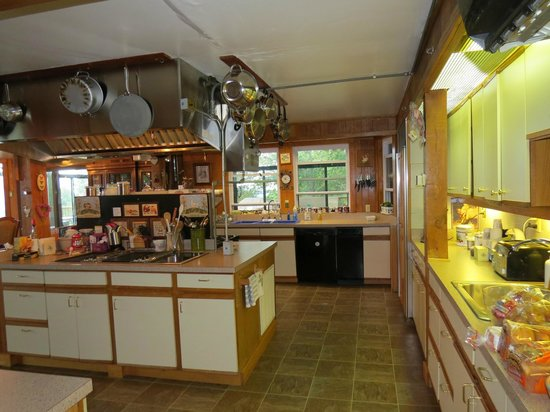 Bent Mountain Lodge Bed and Breakfast: The huge kitchen leading to the beautiful dining room