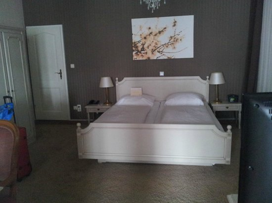 Ringhotel Jensen: Gute Betten - dahinter (Tür links) das Bad