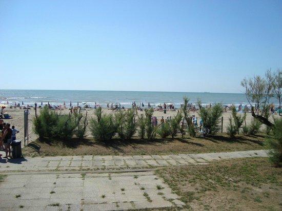 Camping Village Mediterraneo: Spiaggia dal parco giochi