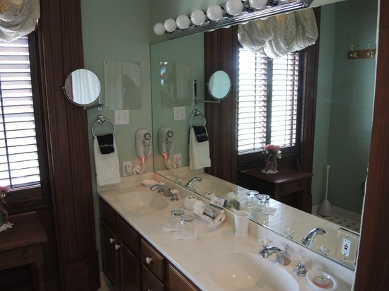 Grand Victorian Bed & Breakfast: Bathroom vanity