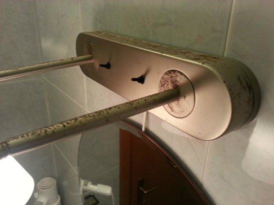 Hotel Resort Rocca di Vadaro: Illuminazione in bagno sopra lo specchio.
