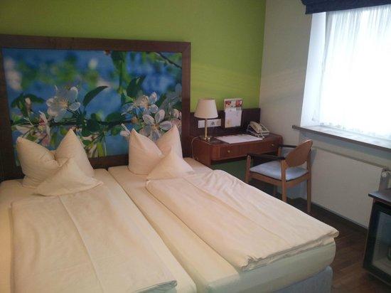 Hotel Münchner Hof: Cama y escritorio