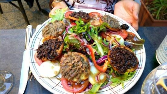La Gourmandine : insalata con crostini al patè d'oliva e acciughe
