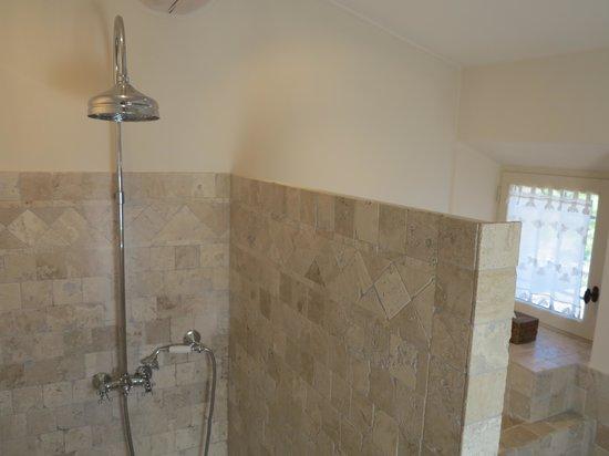 Le Mas des Etoiles : Rain shower in bathroom