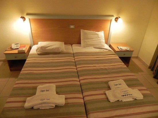 Cleopatra Hotels Kris Mari: Letti affiancati