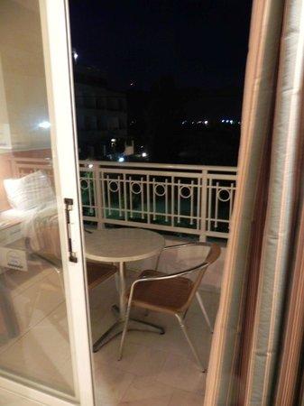 Cleopatra Hotels Kris Mari: Finestra scorrevole e terrazzo