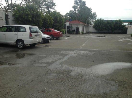 GenX Uday Hotel Rudrapur: Parking