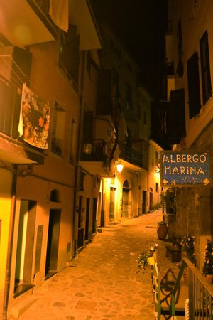 Albergo Marina: The street in front at night