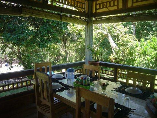 Bunaken SeaGarden Resort: Dining area facing the sea