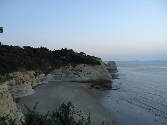 Parc Hotel Bois Soleil: Petite crique accessible à marée basse et en balade à pied sur les falaises
