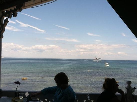 Surf Hotel Block Island: Lunch at the Surf Hotel overlooking the ocean