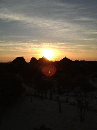 Anakao Ocean Lodge: tramonto sui tetti dei bungalow.