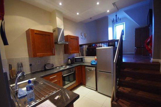 Brookhill Serviced Apartments: L'angolo cottura e nel soppalco il divano-letto