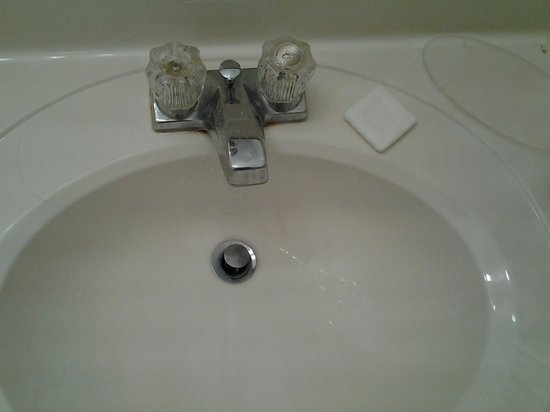 Baymont Inn & Suites Ludington: sink