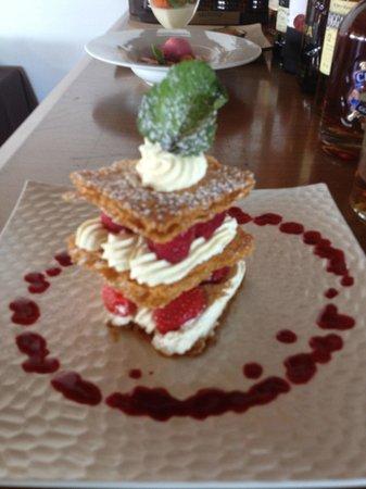 L'Artimon : Superposition de fraises et framboises Crème fouettée boubonnaise