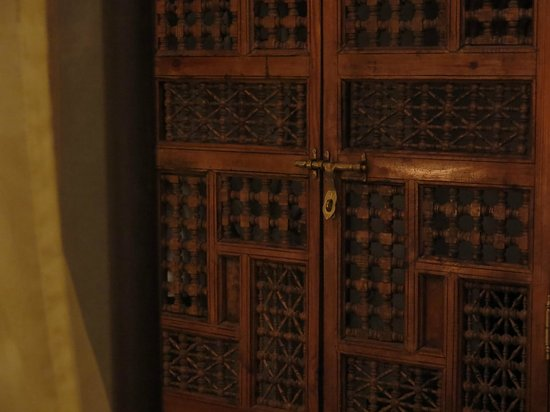 Riad Jonan : Intricate wardrobe door