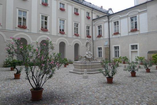 Gästehaus im Priesterseminar Salzburg: garden courtyard
