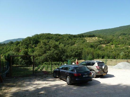 Agriturismo Il Castelluccio Country Resort: le parking en contre-bas avec le potager