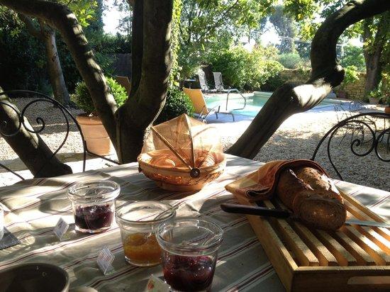 La Maison des Lauriers : Le petit déjeuner près de la piscine !