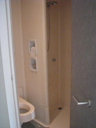 ibis budget Aix en Provence Est Le Canet: banheiro pequeno pre fabricado