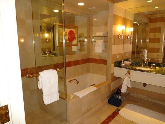 En Suite Bathrooms At The Cancun Resort In Las Vegas: Picture Of Venetian Resort Hotel Casino, Las
