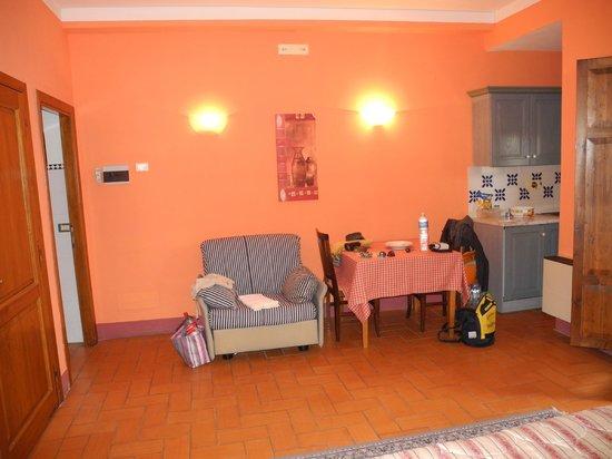 Casa Vacanze I Chiari : tavolo e poltrona