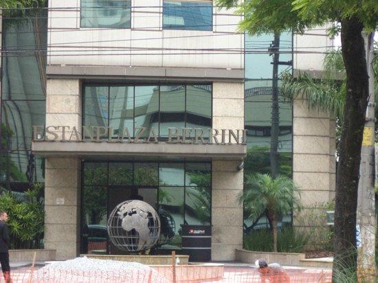 Estanplaza Berrini: Ingang Hotel