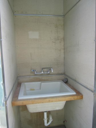 Tumble In Marfa RV Park : outdoor deep sink for misc. reasons