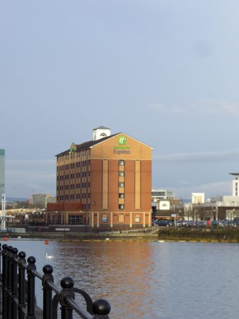 Holiday Inn Express Manchester - Salford Quays: Outlook of the hotel