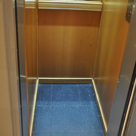 Hotel Beaugency: This elevator is exceptionally helpful for travellers like us