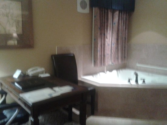 The Parlour Inn: Tub and Desk Areas