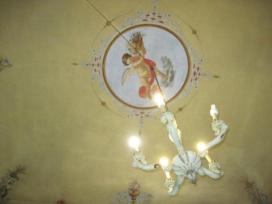 Hotel Iris: Il soffito della camera