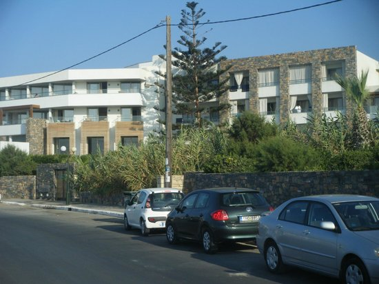 The Island Hotel : Hotel from the road.