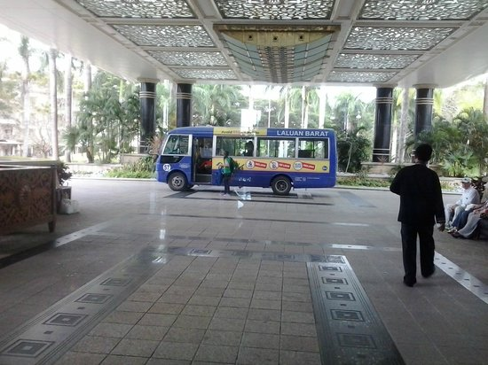 The Empire Hotel & Country Club : purple bus 57 at empire main entrance