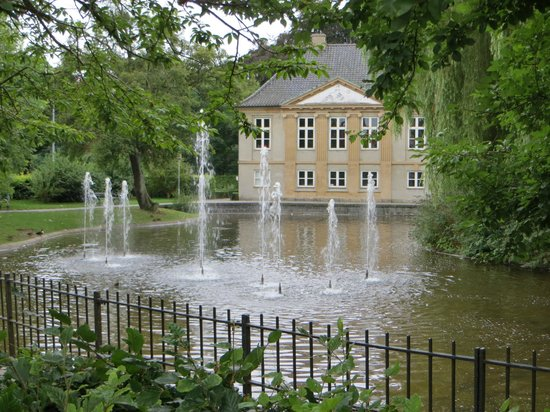 Frederiksberg, Danemark : Another view of fountain at Mønstrings Hus