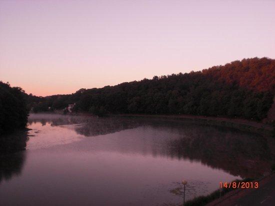 Le Moulin Neuf: face au lac